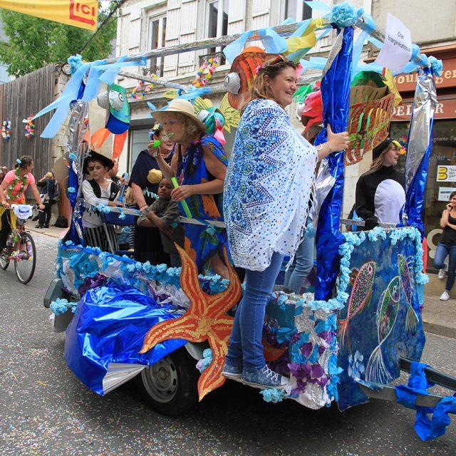 Le char intergénérationnel du Centre Social défile au Comice de Pouilly